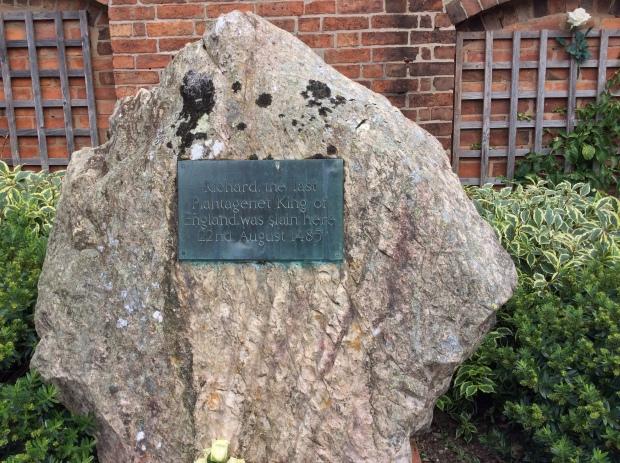 Una piedra marca el lugar donde falleció Ricardo III en Bosworth (foto: archivo del autor)